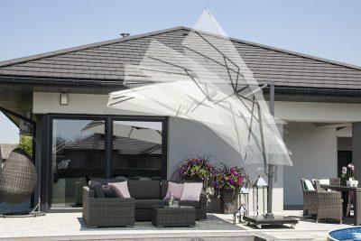Białe parasole ogrodowe