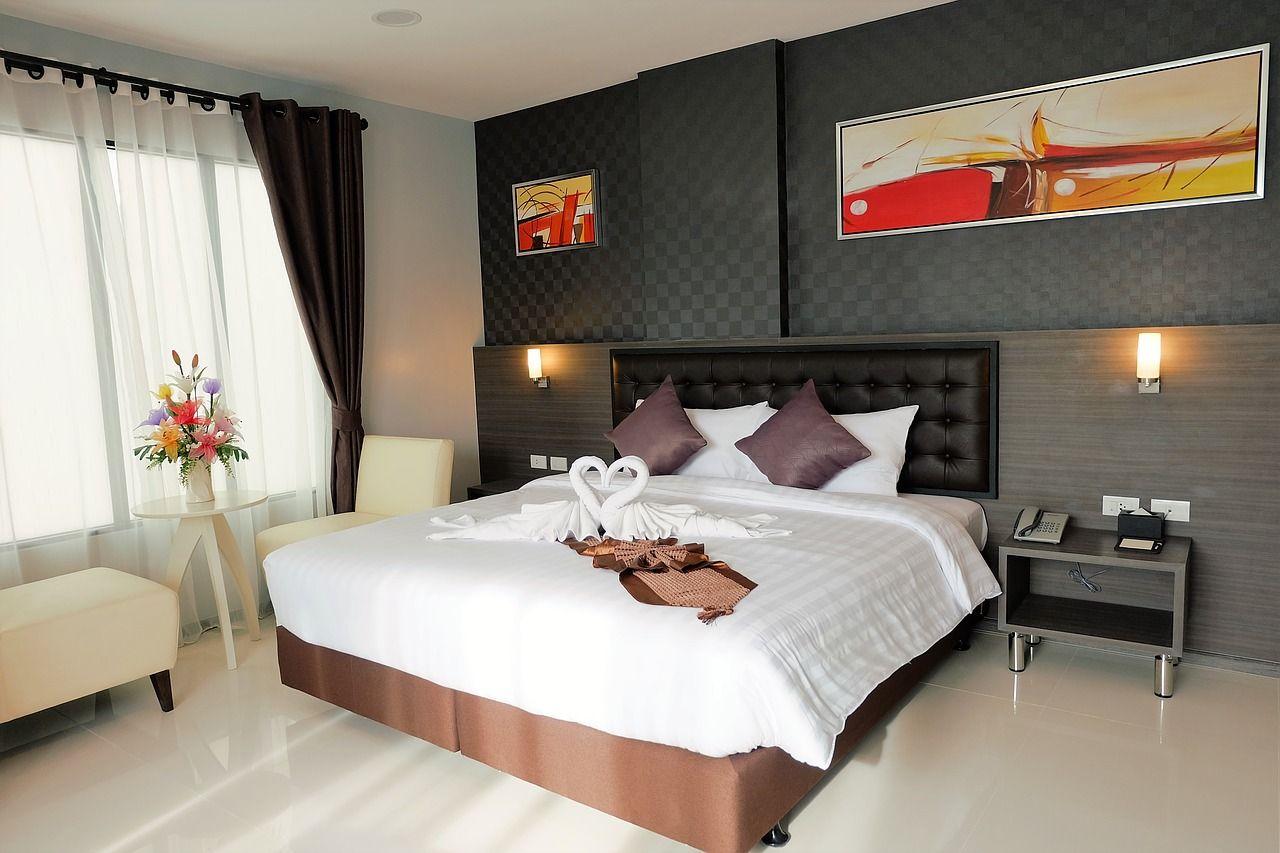 sypialnia z obrazami