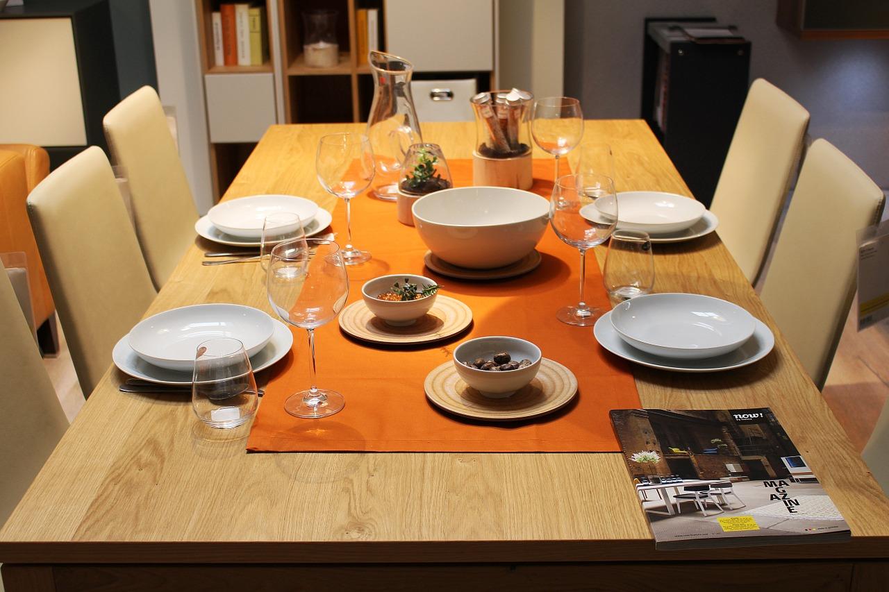 Stoły i stoliki– niezbędne elementy wyposażenia domowego